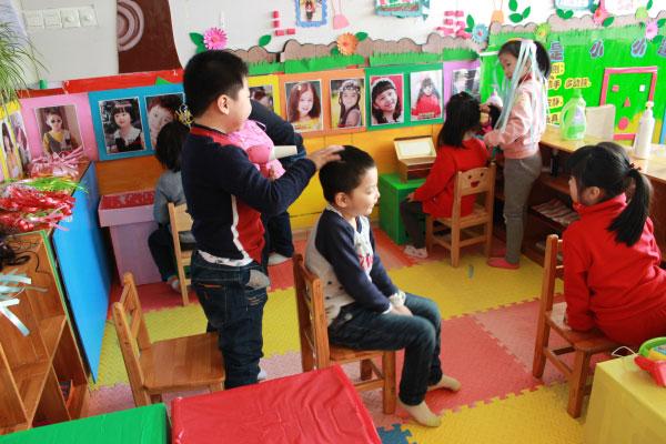 """通过特色区域表演""""理发店""""活动幼儿体会到传统习俗的快乐,另外还通过"""""""